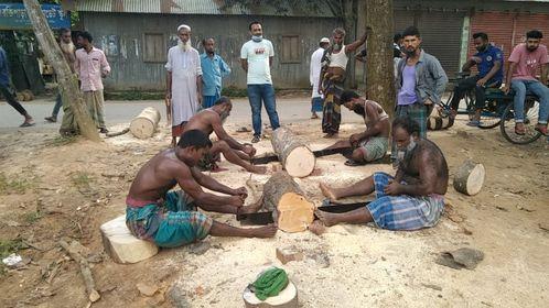 টাঙ্গাইলের মধুপুরে কাঠের খাইটা তৈরী করতে ব্যস্ত সময় পার করছে ব্যবসায়ীরা