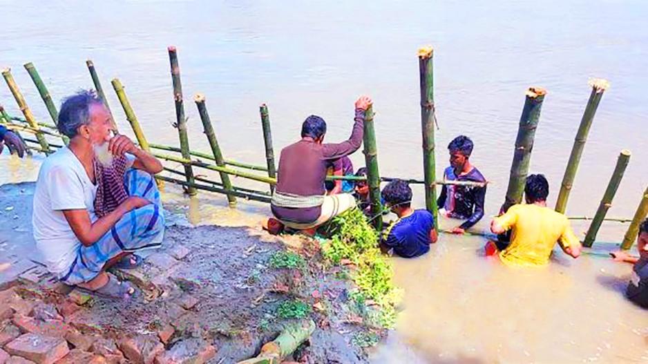 নবাবগঞ্জে কালিগঙ্গা নদীর ভাঙন প্রতিরোধে যুবসমাজের উদ্যোগ