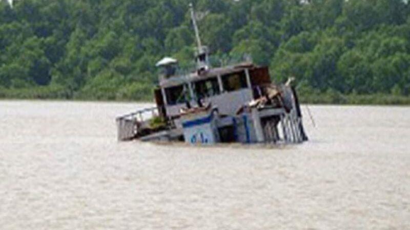 মোংলা বন্দরের পশুর নদীতে সার বোঝাই কার্গো জাহাজ ডুবি